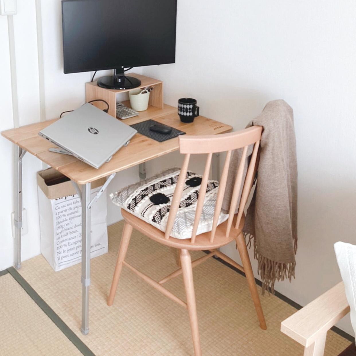 キャンプ用の折り畳みテーブルにウッドチェアを合わせ、パソコンを置く台やスタンドも設置。できるだけストレスなく仕事ができる空間をと工夫されています。