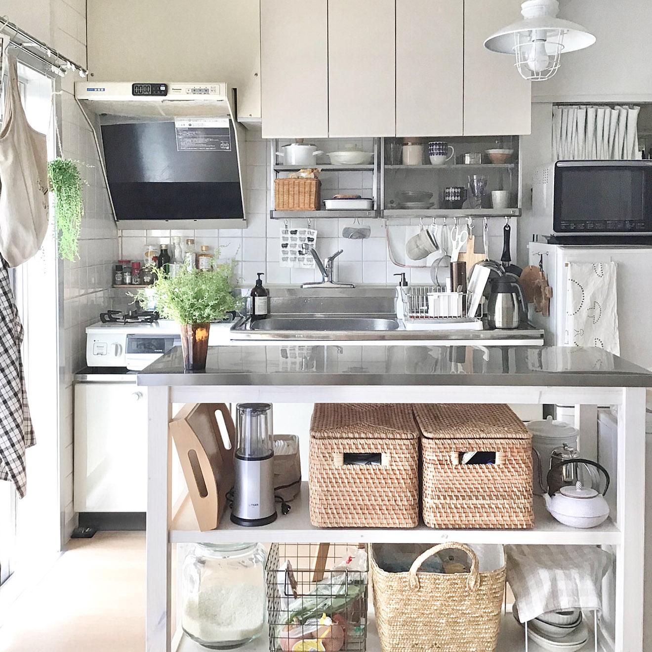 リビングスペースとの間に置かれているのは、ステンレス天板のワークテーブル。「これがあることで、作業がしやすくなりました。収納もできますし、すごく使い勝手良くて気に入っています」