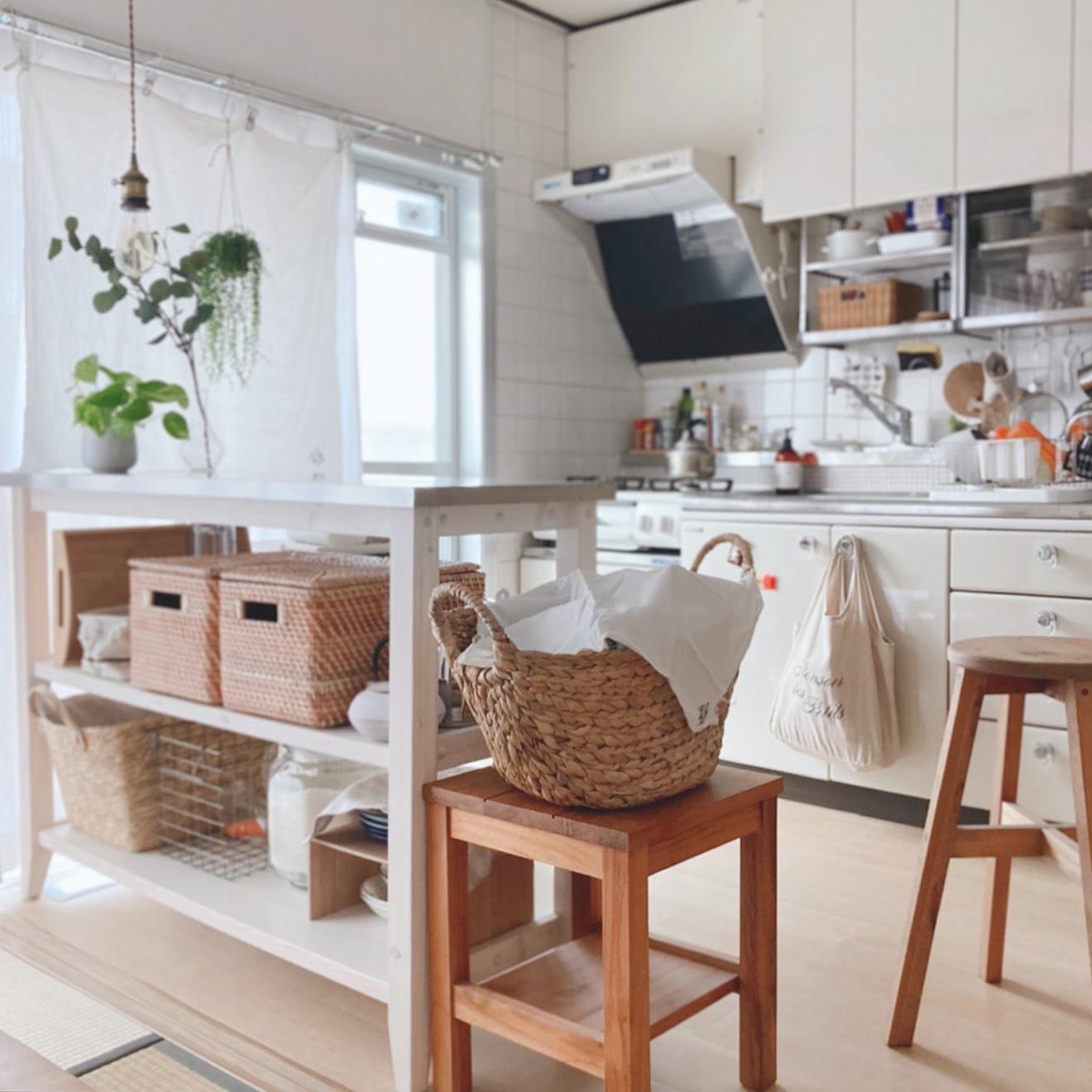 部屋と部屋の間のギリギリに作業テーブルを置いても、どちら側からでも物を取り出せます。