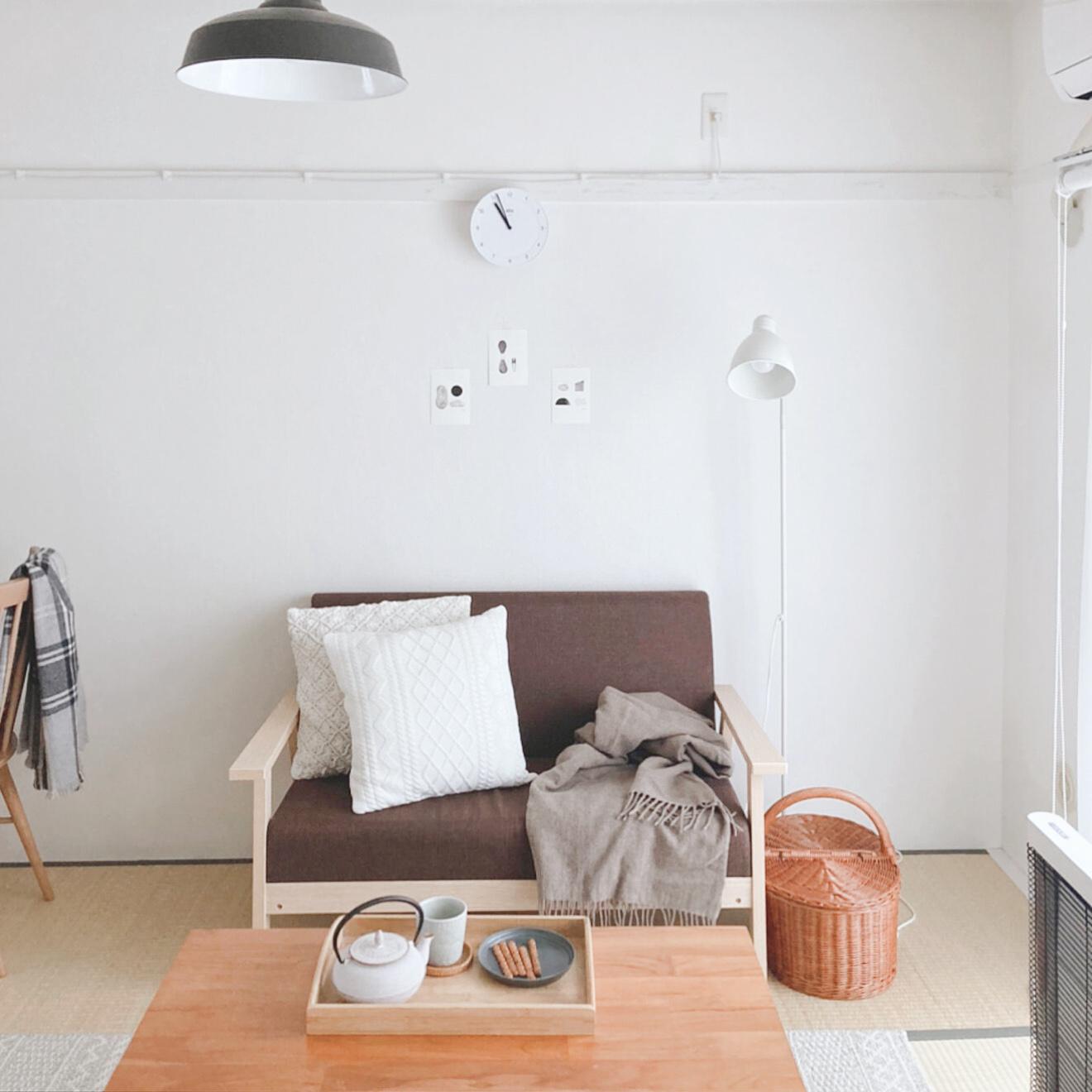木のフレームで、落ち着いたブラウンカラーのソファ。こうしてみると、畳のお部屋にとてもしっくりと似合っていますね。