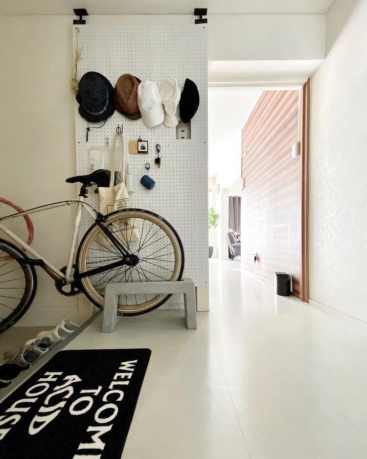 玄関にも「ラブリコ」と有孔ボードで、帽子が好きな奥様のためのコレクションスペースを作成。