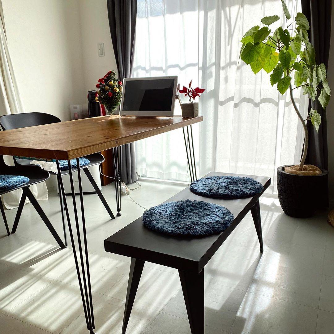 ダイニング・テーブルの椅子は、リビング側はベンチスタイルにすることでどちらの向きにも使いやすくされています。