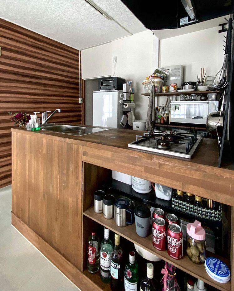 キッチン背面の棚は「ラブリコ」で柱をたてて、自分たちでDIY。