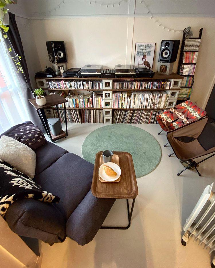 部屋の中でも一番気に入っていらっしゃるのは、DIYで作られたというこちらのDJブース。お二人ともDJをされるそうで、右側が1_2_3_dayzさん、左側が奥様の好きなレコード、雑誌、CDなどを収納されています。