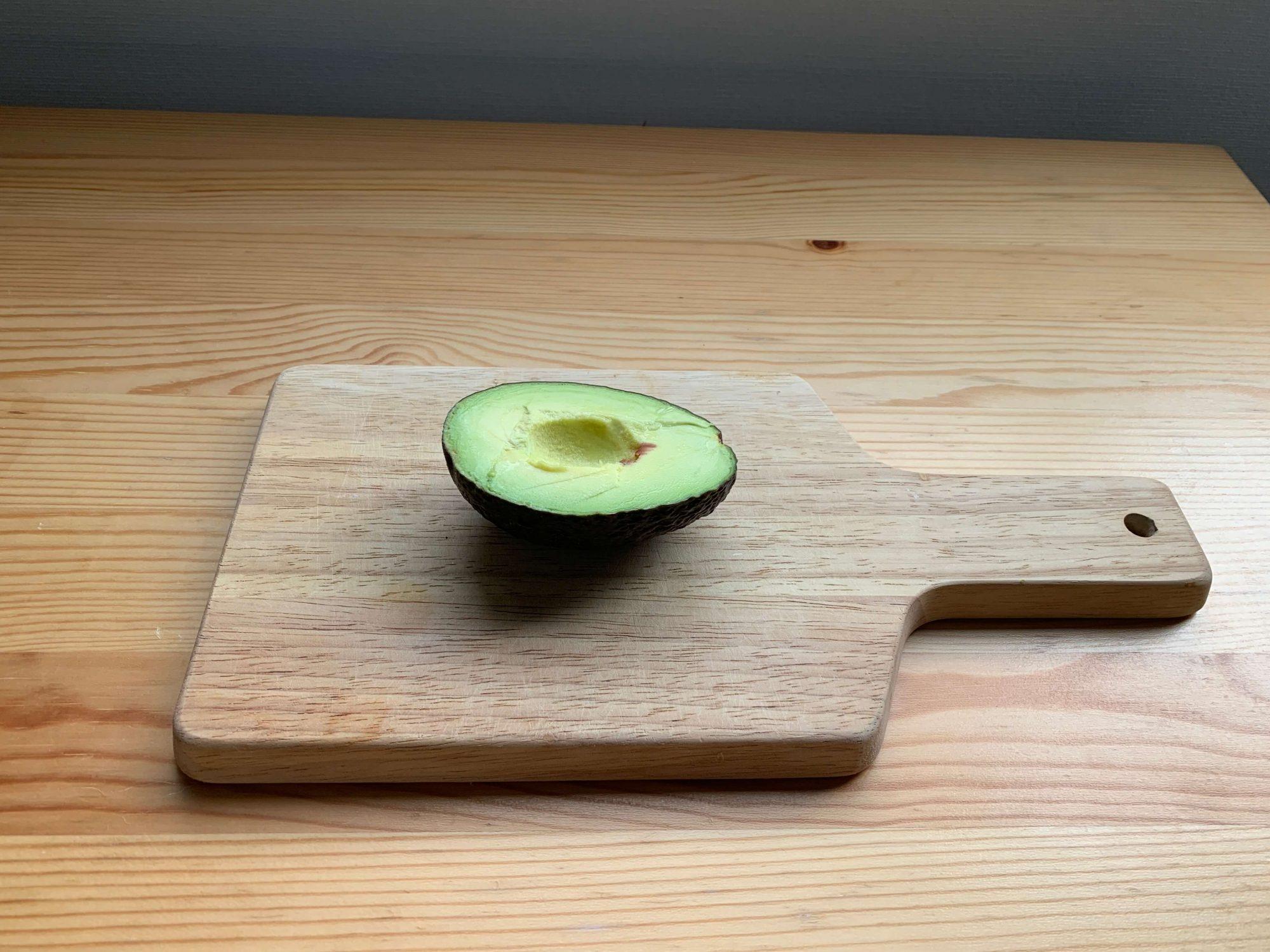 アボカドをのせるとこんな感じ。ちょっとフルーツを剥く時に便利なサイズ感ですね。