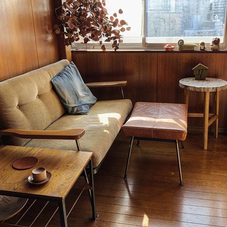 ソファ前にはオットマンだけ。食事をする必要がなかったり、ソファ前を広々使いたい場合には、安定したサイドテーブルを置くのが良さそう。