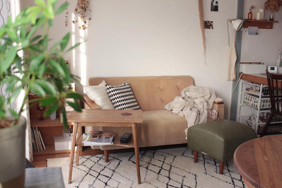 小ぶりで、かつ高めのテーブルは、場所をとらずに物置きとして活用できます。ソファ前のスペースが狭い場合などに重宝しそうです。