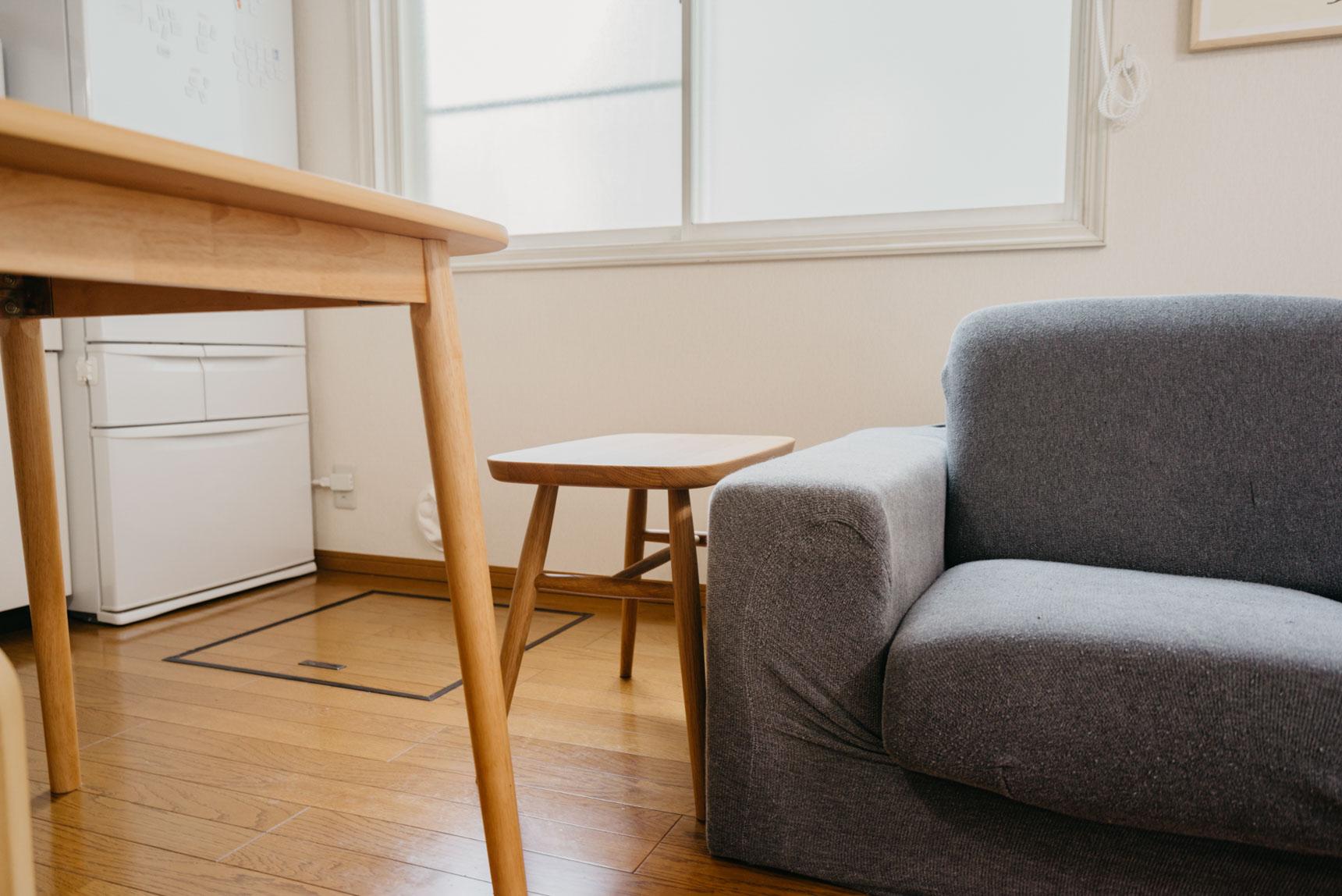 スツールなので来客用の椅子として使うこともできます。スツール兼サイドテーブル。真似したいアイディアです。