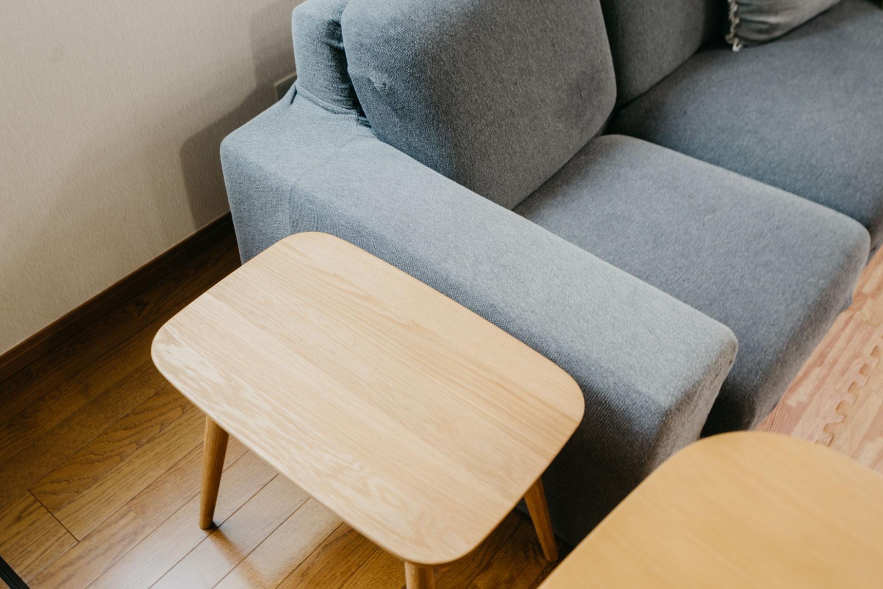 こちらは無印良品で販売されている、「オーク材スツール」。椅子としての機能はもちろんのこと、サイドテーブルとしても活用できるマルチなアイテム。