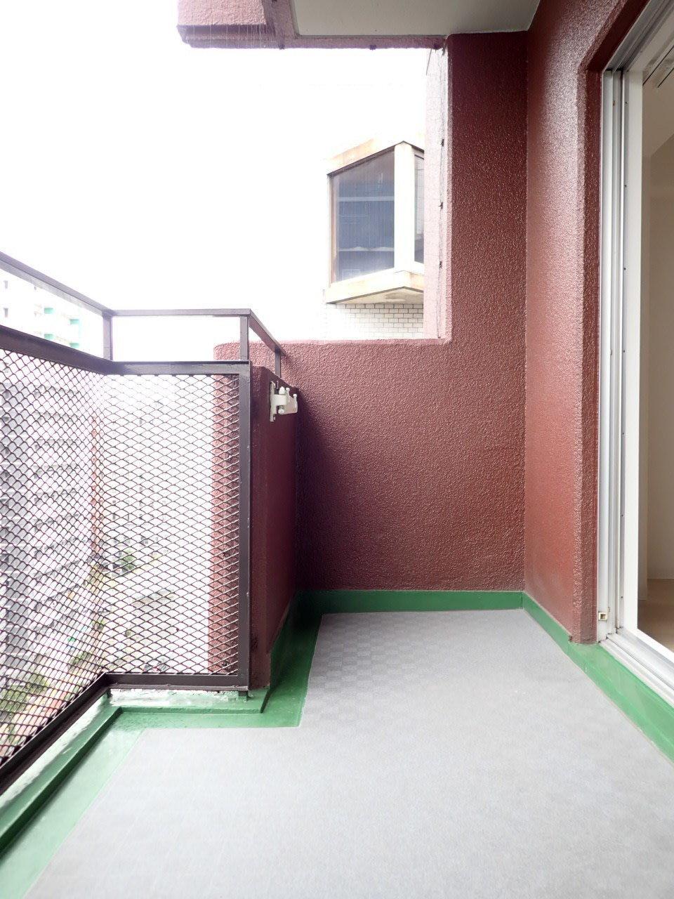 10階のお部屋なので、高さは十分!ベランダのスペースも広いので、椅子を置いてのんびりすることもできそう。