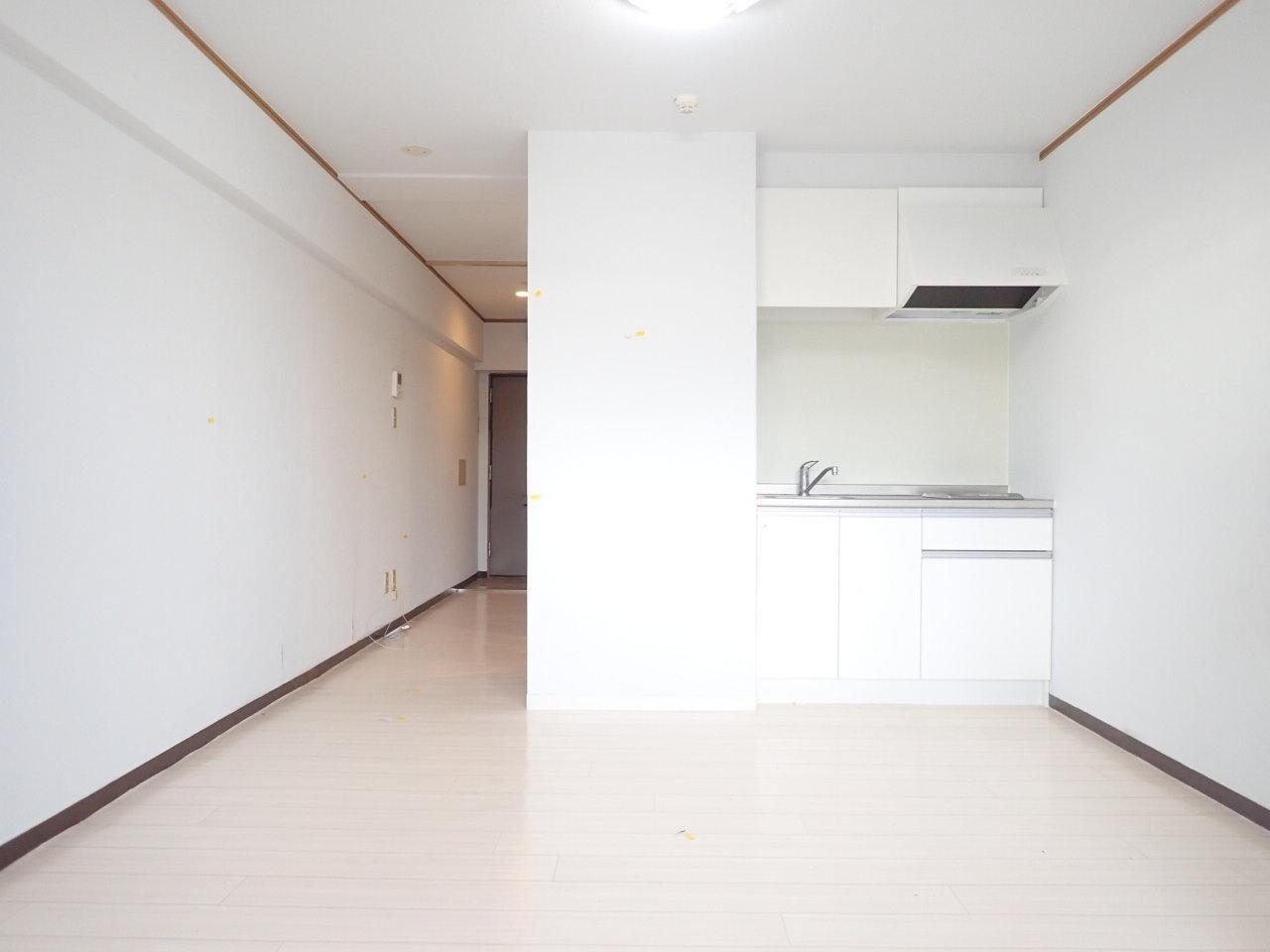 こちらも洋室11畳の広めのワンルーム。白を基調とした部屋なので、すっきりとして気持ちの良い印象です。