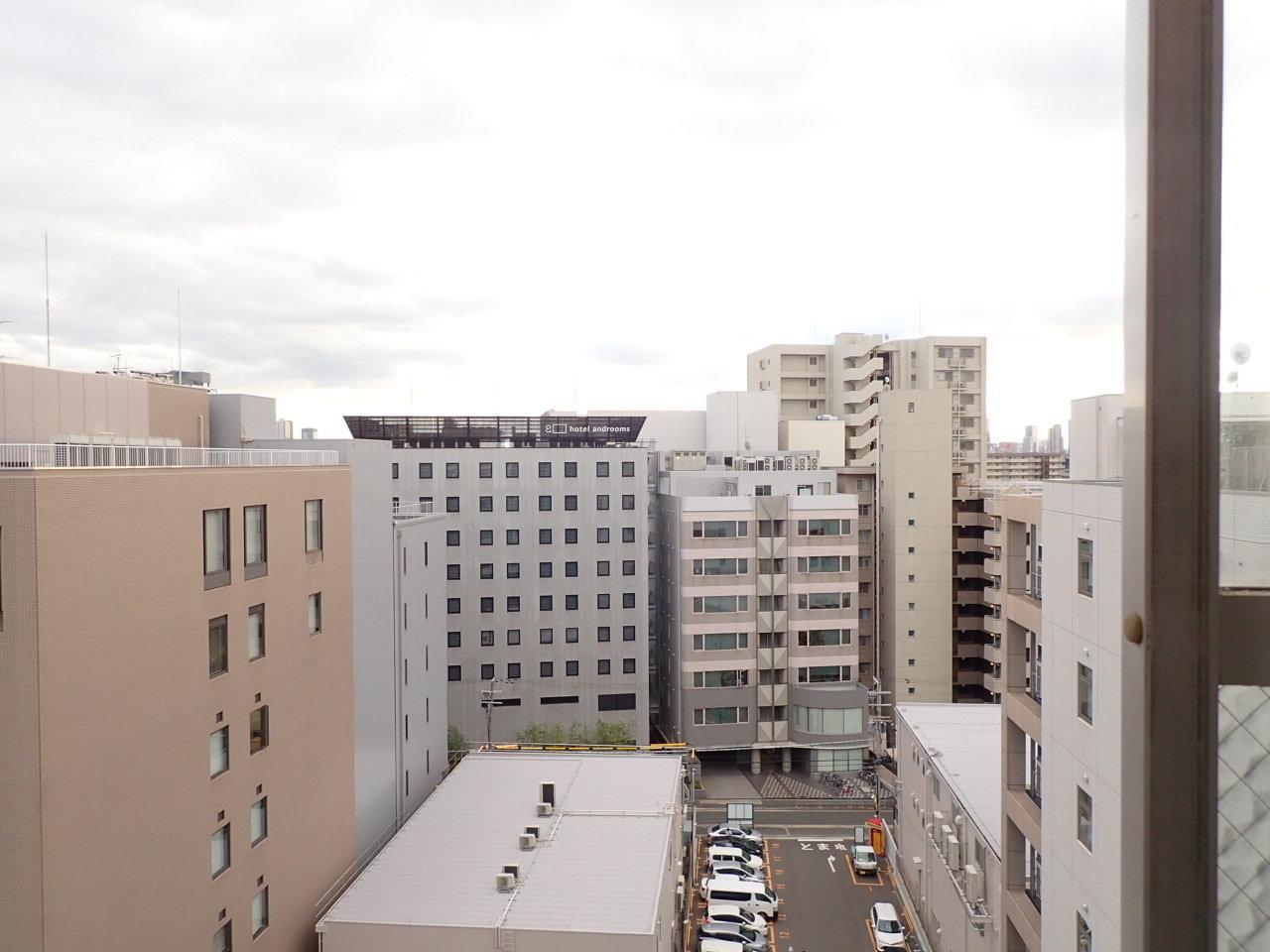 窓からの景色。空がしっかりと見えますね。新大阪駅にもこんな風景があるのかと、驚きました。
