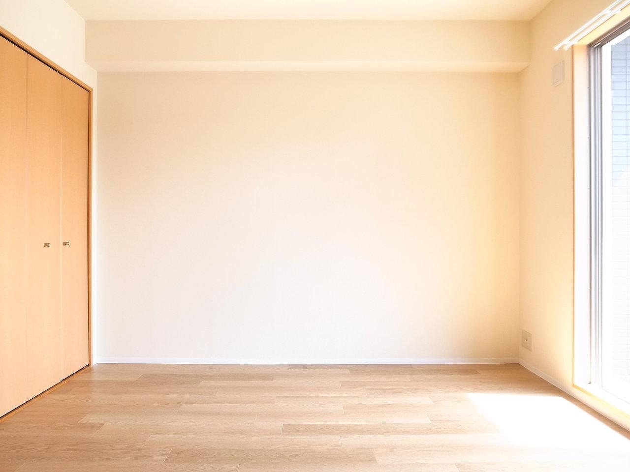 これまでご紹介した物件とは一転。木のぬくもりが感じられる、あたたかみのある1Kタイプのお部屋で、11畳と広々としています。