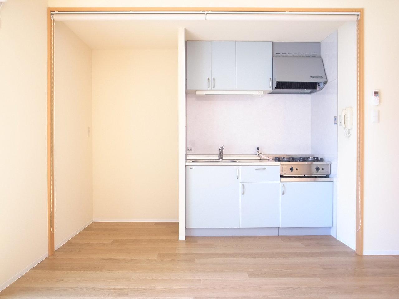 キッチン横にも十分なスペースが確保されています。しかもこの一帯は、ロールスクリーンで隠すこともできるんです。生活感を出したくないときに、うれしい設備です。