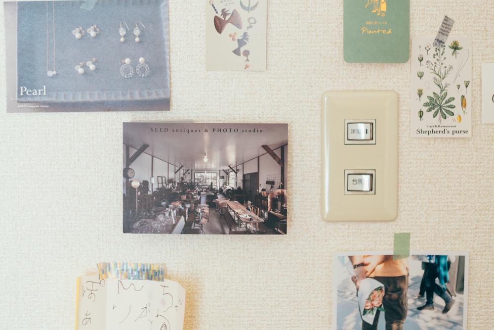 「壁装飾のきっかけとなった場所になります。正面で見ると綺麗に隠すことが出来たので良かったです。写真やショップカード、大切な手紙なんかも飾っています。」