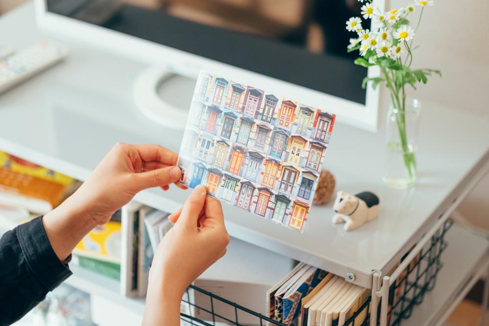 「良くも悪くもだと思うのですが、自分が管理しきれないものは持たないようにしています。これは旅行の時も同様で数週間から1ヶ月程の中期間で行くことが多いので、何か購入するとしても紙物を中心にして荷物がかさばらないようにしています。そのため装飾用のポストカードなどは多いのですがそれ以外のものはお部屋にもあまり多くありません。」
