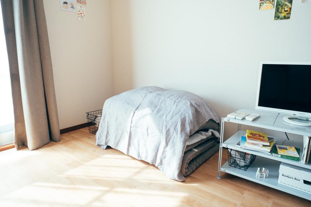 可動性のあるアイテムを中心にすることで模様替えも行いやすいそう。 「私の部屋には、ベッドがないのですが、最初は一人暮らしを終えるときに処分が大変そうと思ったのがきっかけでした。ただ、ないことによって大きい家具が少なくなり、模様替えもとても簡単にできるようになりました。いまだにベストな配置は見つかっていませんが、変化をつける毎に、お部屋を楽しめているかなと思います。」