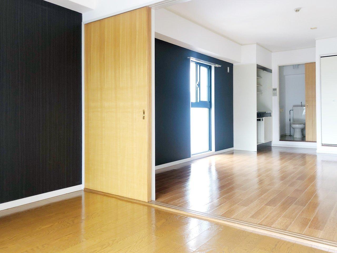 ブラックカラーの壁紙が大人っぽい雰囲気の1LDKです