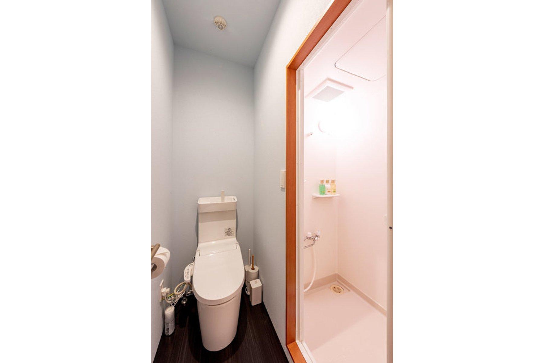 さらにうれしいポイントが、水回り(シャワーブース・トイレ・洗面台)が室内についていること。ほかの方と共用で使うのはちょっと心配、という方でも安心です。手軽に一人暮らしを始められそうですね。