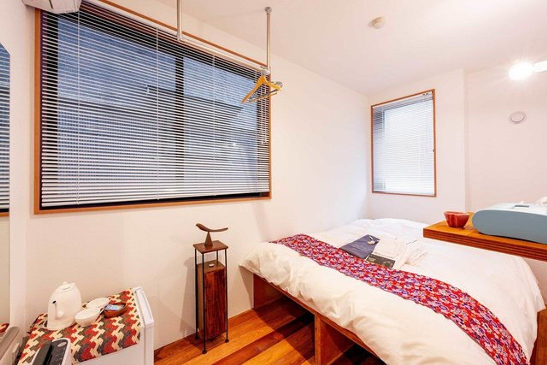こちらのホテルでは、ドミトリータイプの部屋だけではなく、個室の部屋も用意されています。長期間過ごすのであれば、こうした内装のかわいらしさもポイントが高い!ベッド下に大きめの収納スペースがあるのもいいですね。