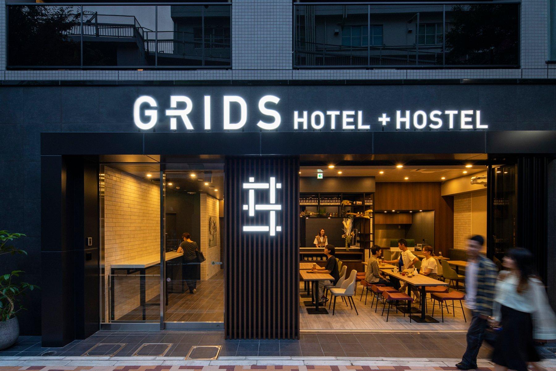 """上野駅から、なんと徒歩1分。「RIDS TOKYO UENO HOTEL+HOSTEL」では、オープンなカフェ&バーがお迎えしてくれます。誰かに""""お帰り""""って言ってもらえる生活ができそう。"""