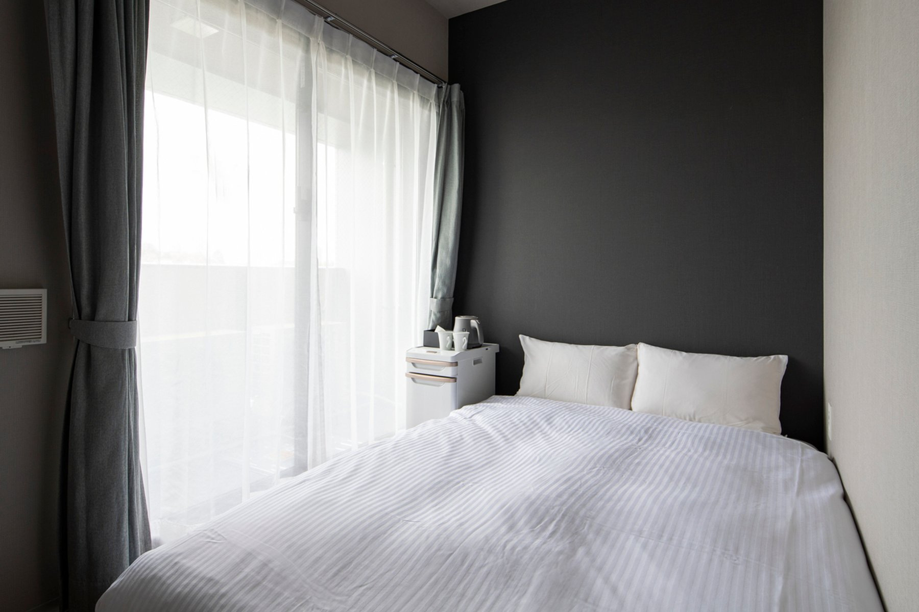 室内はシックなデザインの内装の個室。ダブルベッドって、一人暮らしの部屋にはなかなか置けないですよね。こうした一人暮らしでは手の届かないインテリアを使えるのも、ホテル暮らしならではの楽しみ方なんです。