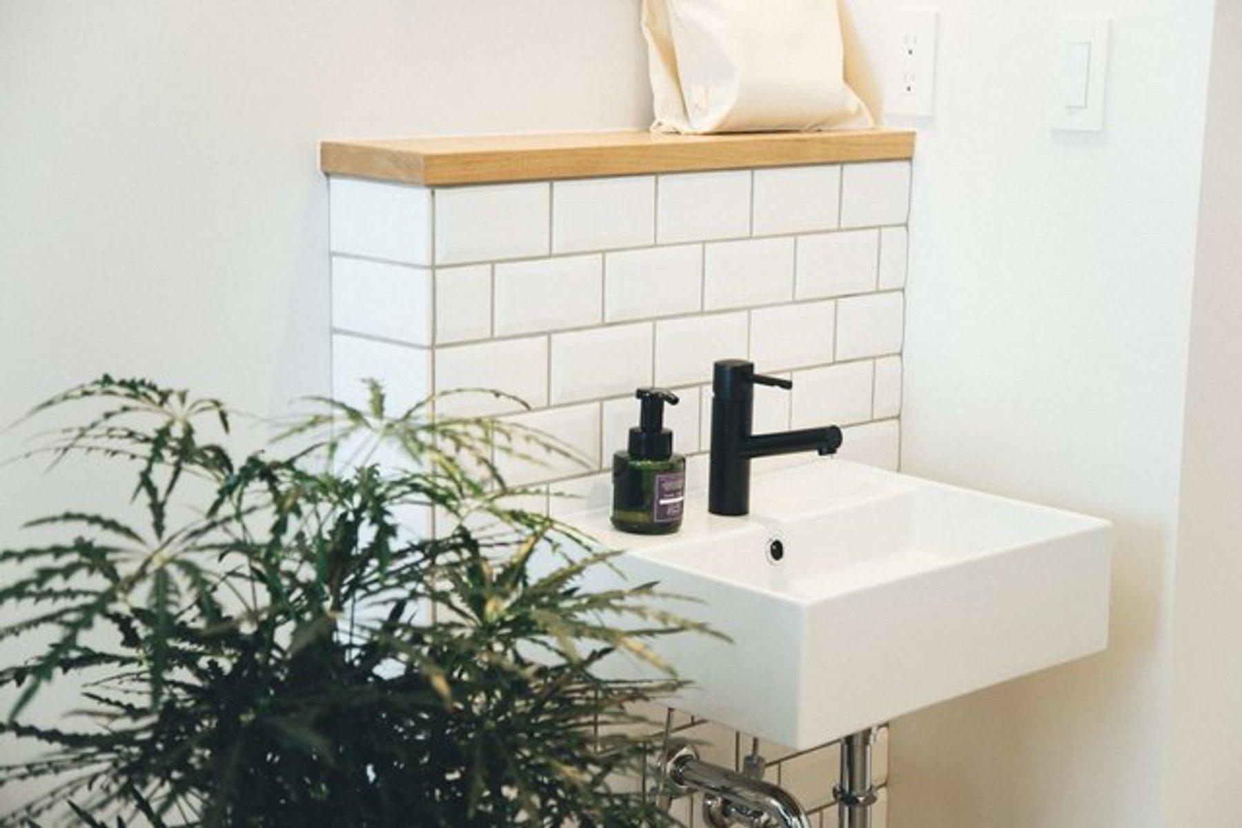 バスルーム・トイレは共同ですが、洗面台は個室についています。毎日ここで支度ができるなんて、夢みたい!