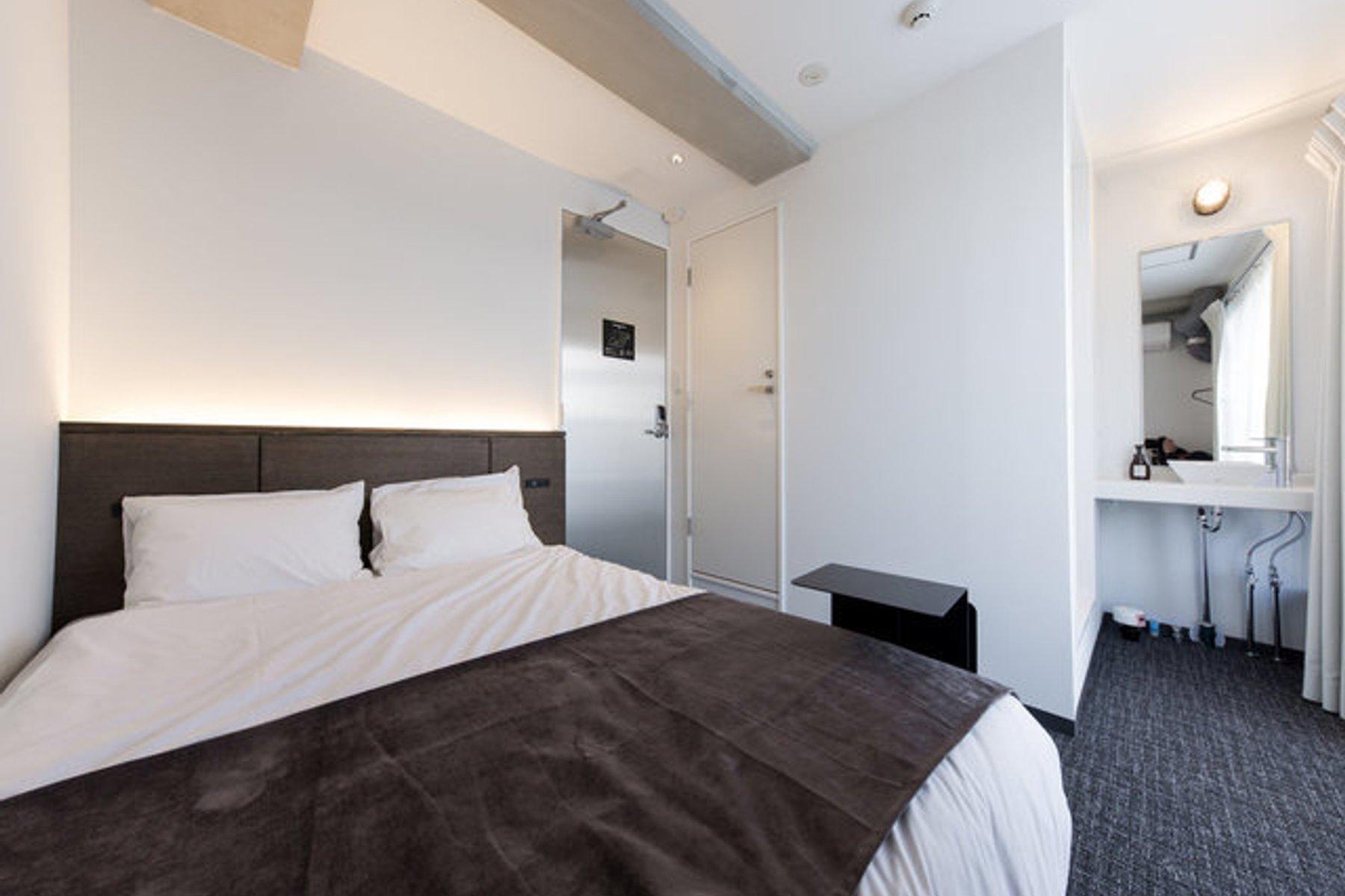 室内は白を基調としたシンプルなデザインで、とても綺麗。水回りも専用のものが備え付けられています。ダブルベッドもあるので、毎日ゆっくり睡眠をとってくださいね。