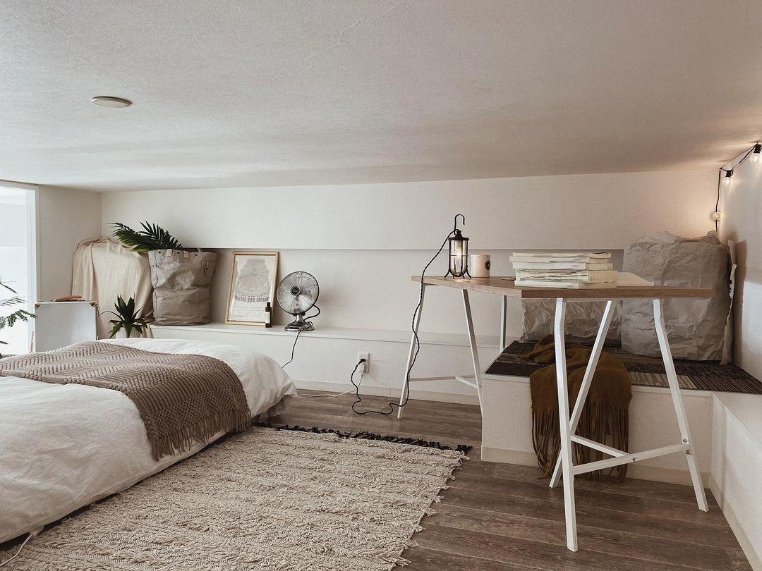配管の立ち上がりをベンチに、IKEAの脚に天板を載せるだけの簡単なテーブルを合わせて、ここで作業されることもあるそう。「この空間は、ほどよくごちゃごちゃさせたいな、と思ってます」