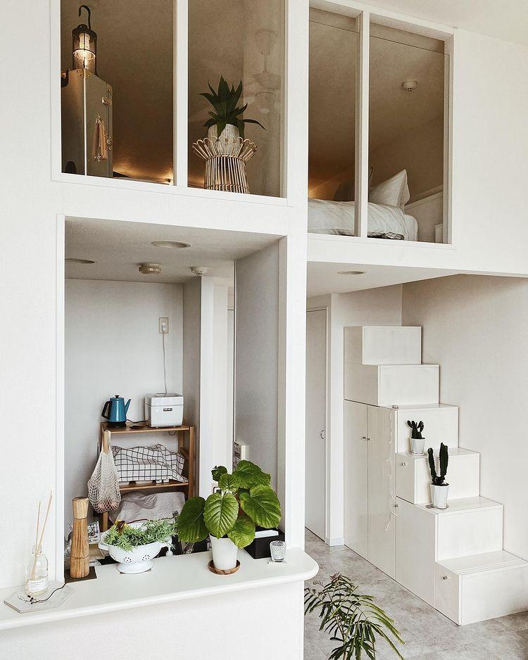 階段を登った先に、窓のあるロフト。キッチンも小窓とカウンターがついていて使い勝手が良いのだそう。