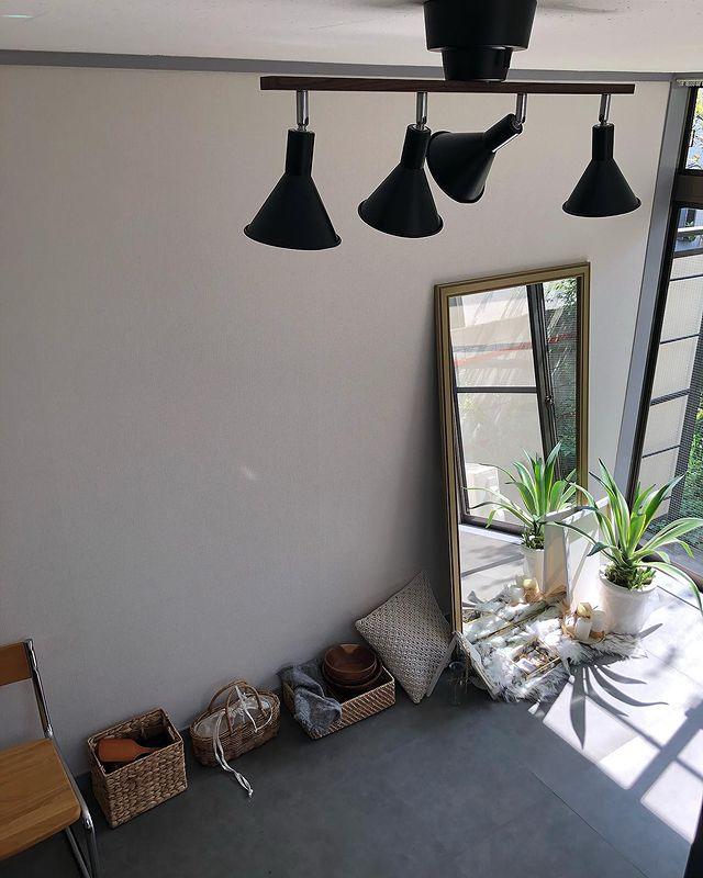 「小さい部屋なので、空間を広く見せるために、ベッド以外にかさばる家具は置かないと決めている」と Pito さん。壁際に置かれた小物はすべてカゴに入れ、テーブルはFlying Tigerのベッドトレイを利用。どこにでも簡単に持ち運べるようになっています。