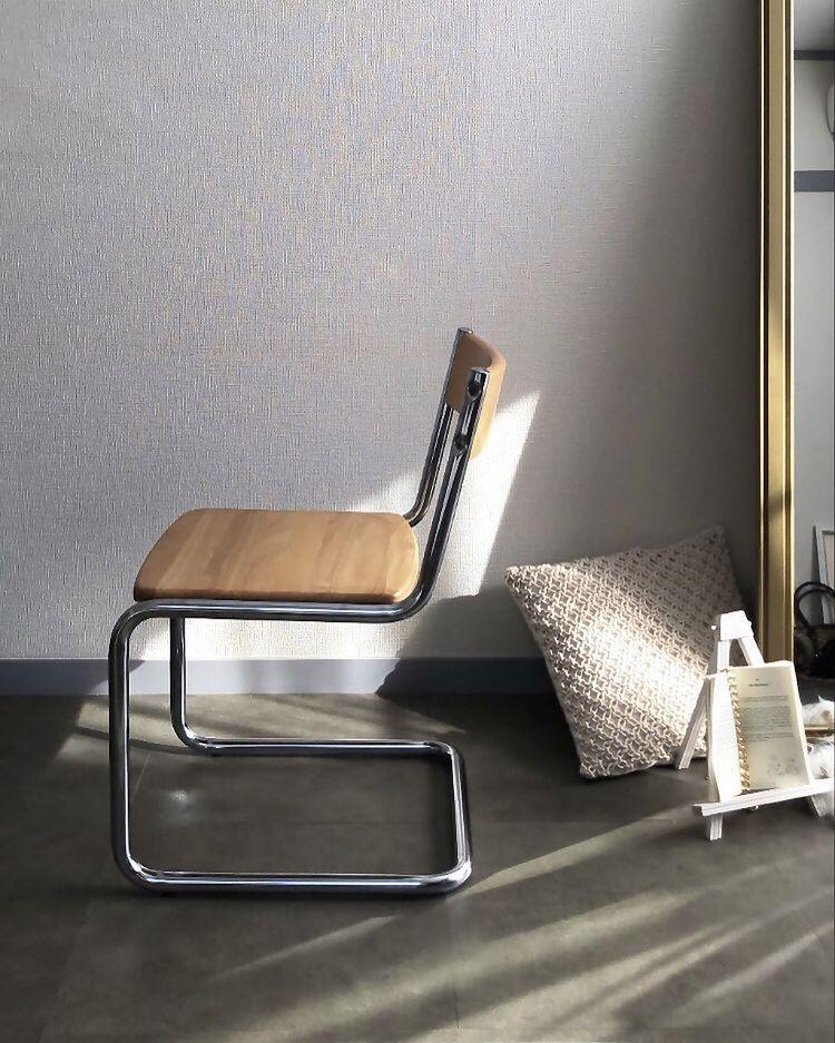 お部屋の顔にもなっているデザインのいい椅子は、メルカリで購入した日本のメーカー、コイズミのもの。
