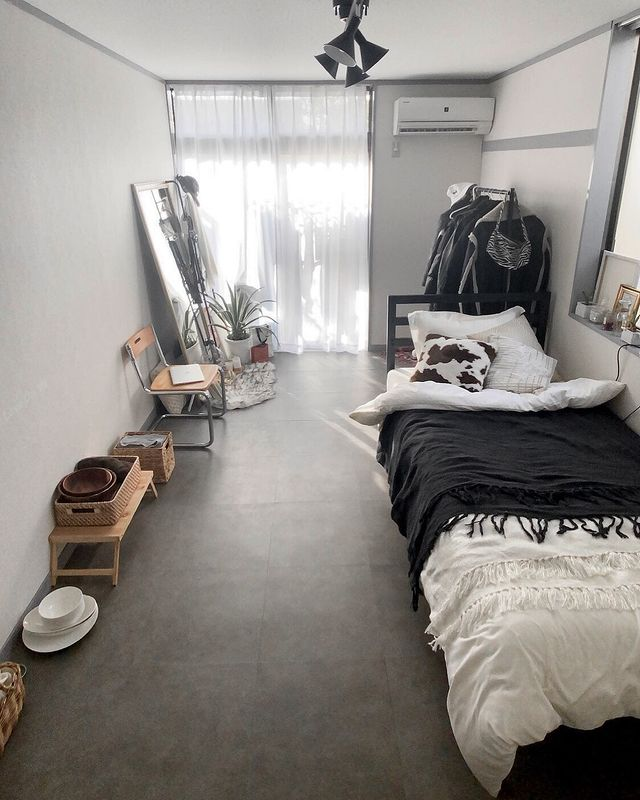 家具を入れる前に、「床はこだわろう」と、置くだけのコンクリート風フロアタイルを敷いてイメージチェンジ。