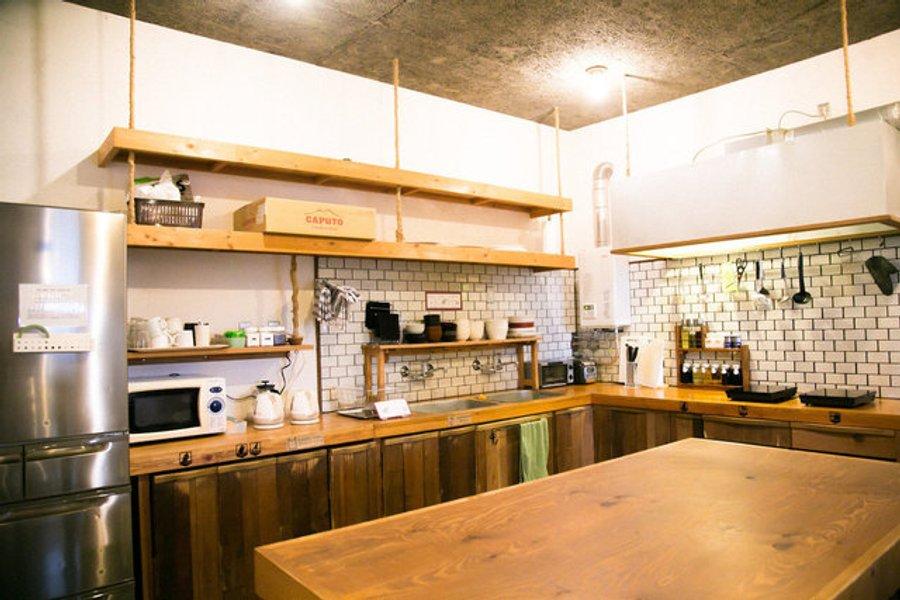 ここでは宿泊者だけが利用できる、シェアキッチンが完備されています。道具なども一通り揃っているので、自炊生活を試してみてはいかがでしょう。もし続かないようであれば、お部屋探しをする際にキッチンがコンパクトなお部屋も候補に入れてみると良いですよ。