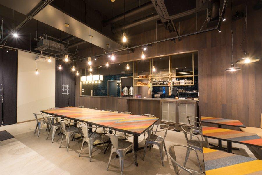 ここは浅草橋駅から徒歩1分の場所にある「GRIDS TOKYO ASAKUSABASHI HOTEL+HOSTEL」。カフェ&バーや、シェアキッチンなども併設されているので、人の気配を常に感じながら生活ができます。