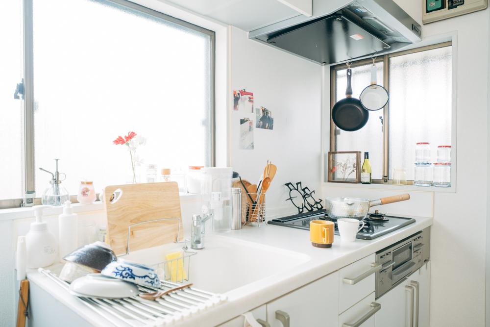 キッチンはコンロも作業スペースも十分な広さが確保されていました。料理をされる田中さんにとっては嬉しいポイントだったそう。「今まで住んでいたどのお部屋よりもキッチンが高スペックで料理が楽しいです。2口はマストで欲しかったのですが、まさかの3口で逆に使いこなせてないですね。笑」