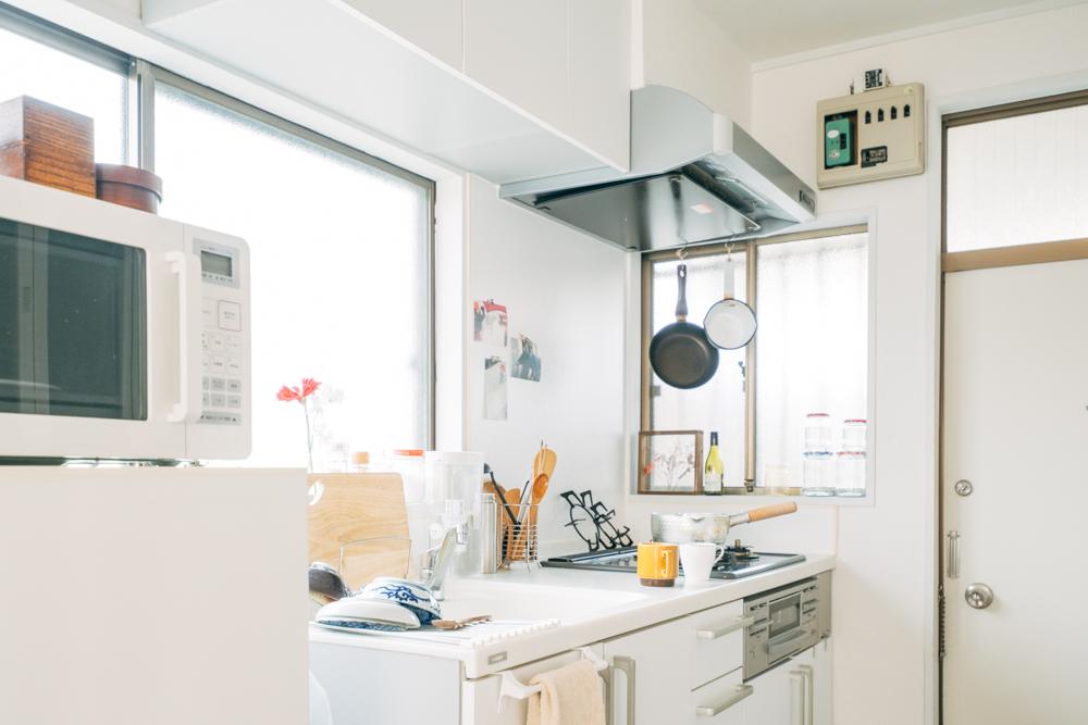 お部屋の入り口に位置する窓は白が基調のキッチンスペースをより美しく照らしていました。