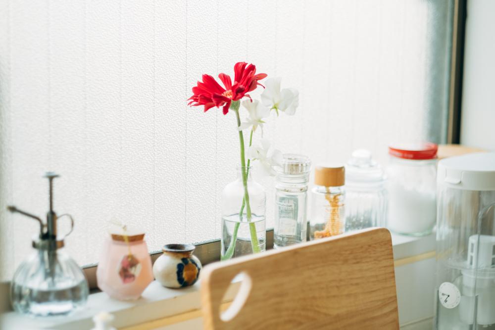 窓際に飾られた植物やアートも空間を殺風景にせず、色合いを与える役割を果たしていますね。
