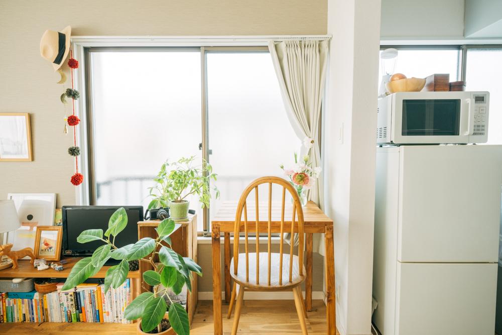お部屋の中心に位置する窓は仕事とくつろぎ用のスペースに。