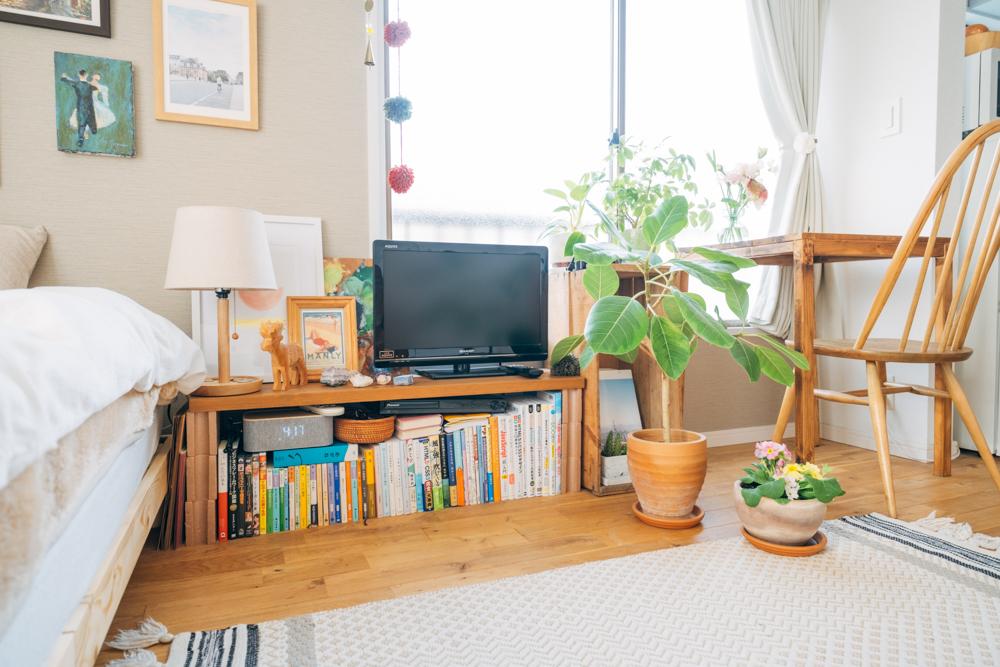 テレビ周辺くつろぎスペースはよりお部屋に合う様に素材選びから工夫がされていました。「無垢床に合わせて家具類は自然素材に揃えていて、青森のりんご農家のりんご箱や無垢板で作った即席テレビボードに好きなアイテムや観葉植物を置いて癒し空間にしています。」