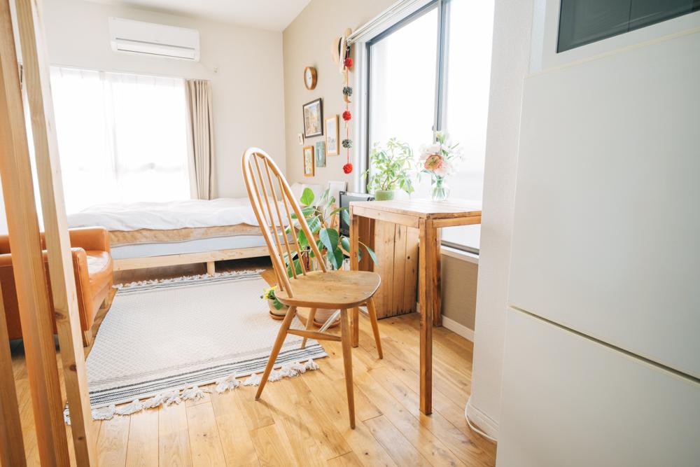 お部屋での視界の高さも以前の住まいからは変更されたポイント。「前まではローテーブルで床に座る生活だったのですが、引越しをする際に京都の70b-antiquesで一目惚れしたアーコールチェアを購入し、目線の高さを上げました。その分、床が散らかるということも少なくなりましたね。」