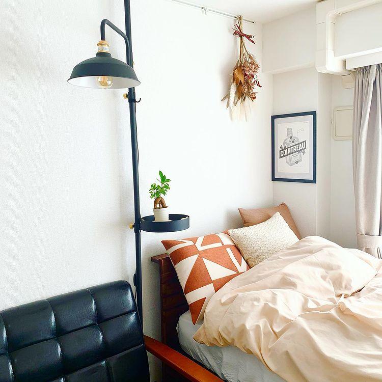 ベッドサイドで活躍しているのは、おしゃれなお部屋でたびたび登場する「DRAW A LINE」。ソファを置くと、ベッドの横にサイドテーブルを置くスペースがなく、照明とサイドテーブルの一石二鳥になるこのアイテムはぴったりだったそう。