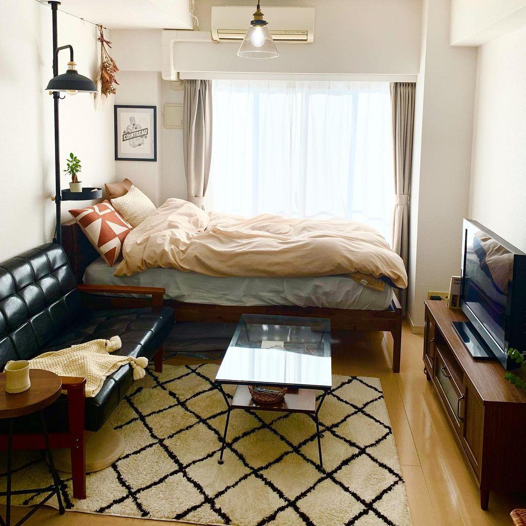例えばローテーブルも、最初は木のテーブルを考えていたそうですが、ベッドやテレビボードを入れてみると全体が重くなりそうだったため、ガラストップのものに。 少しずつ家具を揃えたことで、バランスの取れたお部屋になっています。