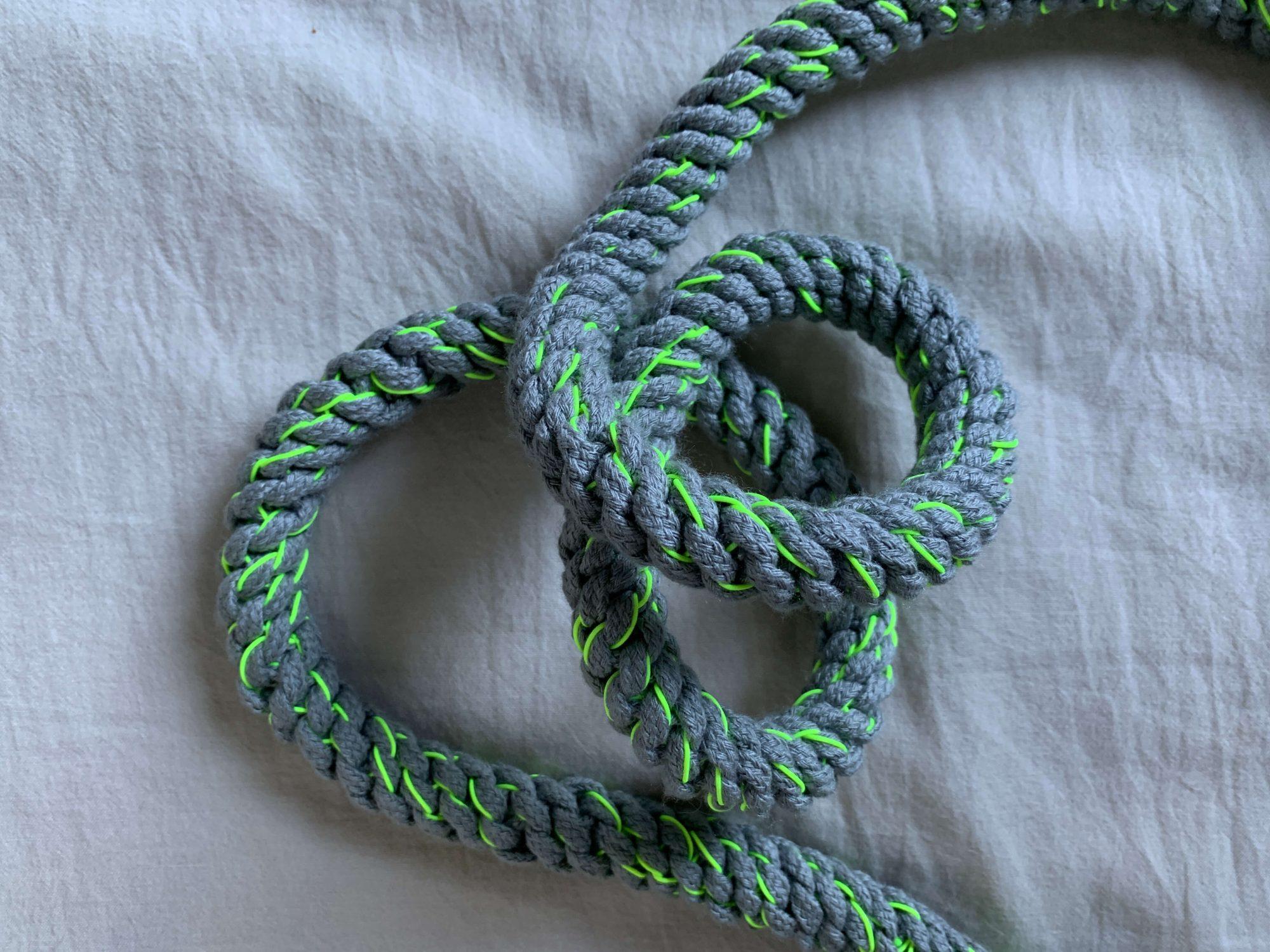 手作りならではの紐の手触り。購入したカラーはグレー×イエローです。蛍光色のイエローがアクセント!