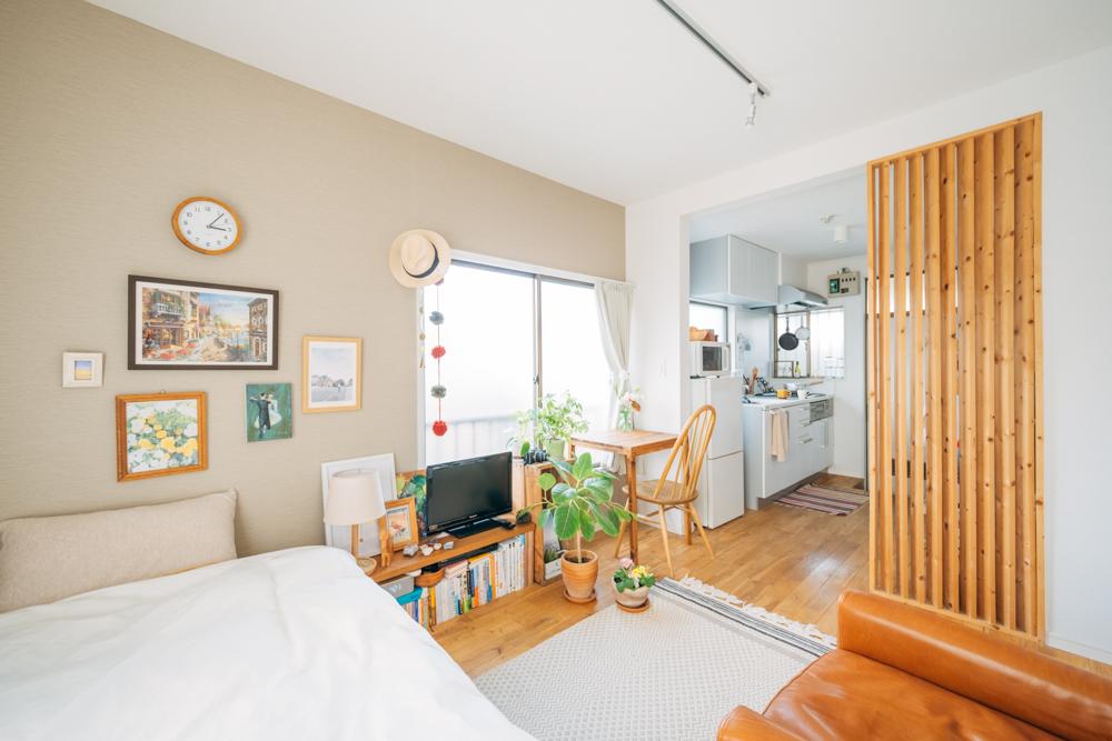 アクセントクロスのあるお部屋で暮らす方のインテリア実例。グッドルームのオリジナルリノベーション賃貸「TOMOS(トモス)」のお部屋では、リビング、もしくはベッドルームの壁の一面をアクセントクロスにすることが標準仕様となっています。(このお部屋はこちら)