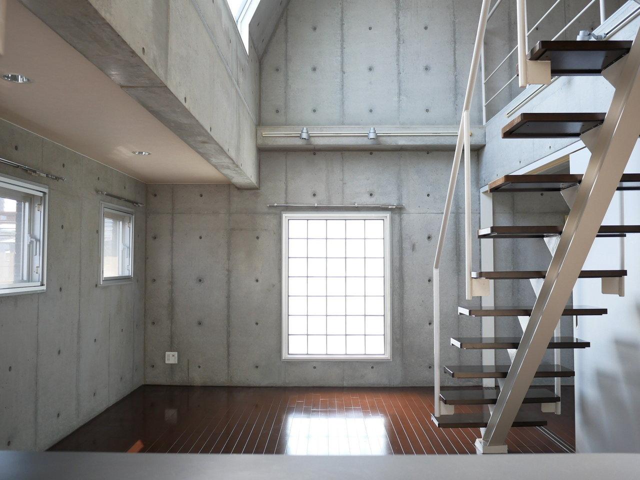 ロフトのある、メゾネットタイプのお部屋です。階段下にはリビングと洋室、水回りがまとまっています。コンクリート打ちっぱなしでかっこいい雰囲気です。