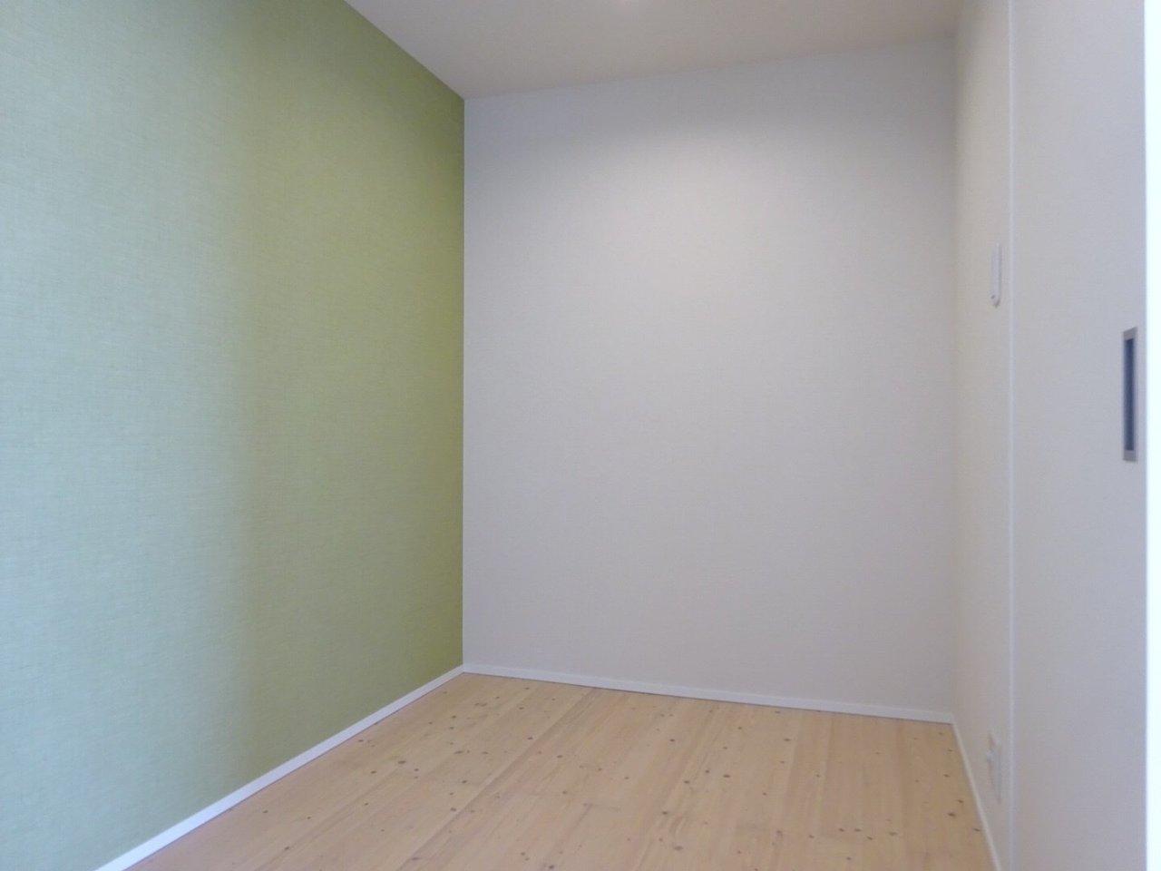 洋室は3.4畳とややコンパクトですが、収納スペースはかなり広いですよ。ダブルベッドがすっぽり入るサイズですね。グリーンの壁紙も、気持ちを明るくしてくれそうです。