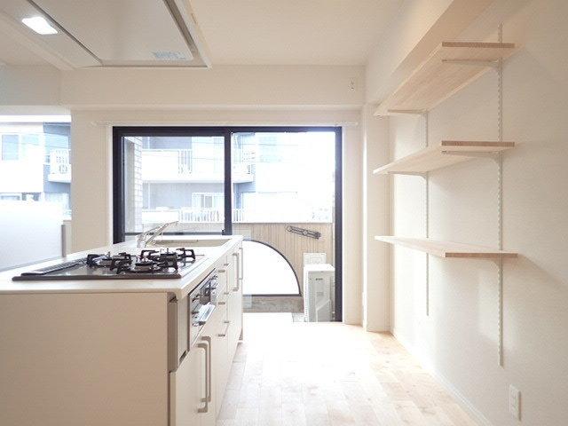 キッチンもとっても特徴的。大きなアイランドタイプのキッチンで、かなり広々としていて料理がしやすそうです。背面にある可動棚には、お気に入りの鍋や食器を置いて、かっこよく見せたいですね。
