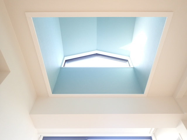 さて、気になる窓は……リビングの上に吹き抜けのように取り付けられた天窓。トップライトもついて、明るさは十分。この真下にダイニングテーブルを置いて、明るい食卓にしましょう。