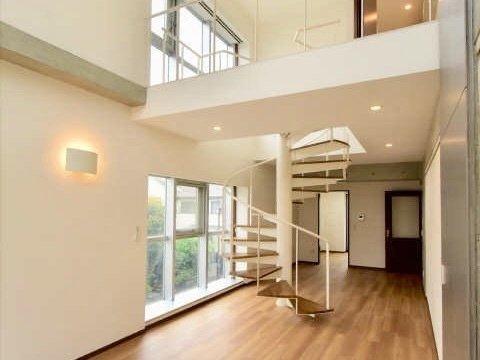 最後は部屋の中央に螺旋階段のある、印象的な間取りのお部屋。階段下に2部屋、上に20畳超えのリビングがあります。
